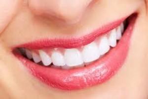 ثلاث دقائق يومياً وستحصلين على أسنان بيضاء