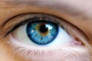 مفاجأة.. غير لون عينيك الى الأزرق وقتما تشاء وبدون عدسات!!