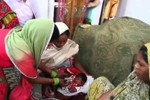 فيديو لطفلة هندية ولدت بخرطوم والناس يحتشدون للتبرك
