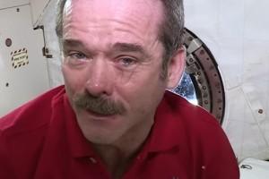 بالفيديو الدموع تتراقص على عينيك وإنت في الفضاء ولا تسقط أبداً!!