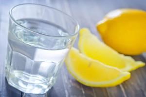 شرب الليمون مع الماء بين واقع طرد السموم من الجسم وعدمه!