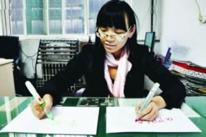 بالفيديو.. فتاة صينية خارقة تتحدى الطبيعة وتكتب بكلتا يديها