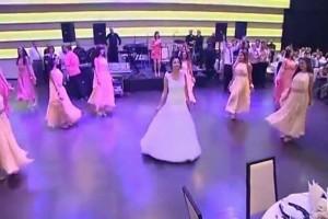 بالفيديو.. عروسين فلسطينيين يفاجئون الحضور برقصتهم المميزة