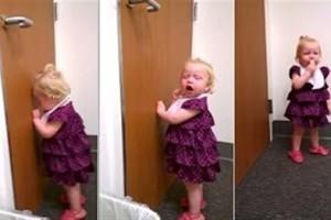 ضيف جديد يشعل نار الغيرة لدى هذه الطفلة الجميلة! فيديو طريف جداً