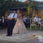 فيديو لساحر يبهر الضيوف بحفل زفافه بعرض مميز مع عروسه!!