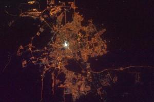 رائد فضاء روسي ينصدم بالأضواء الصادرة من مكة والمدينة من الفضاء!!