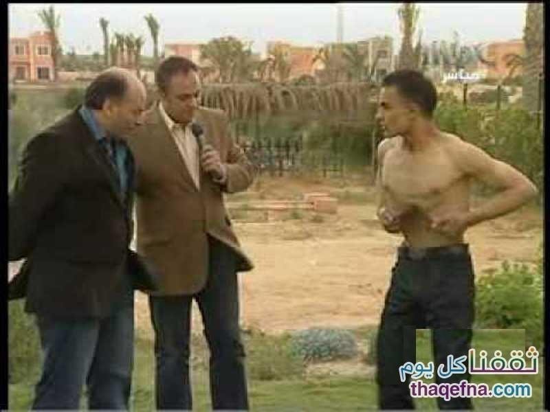 بالفيديو أغرب رجل في العالم يخفي بطنه ومعدته ويظهر بدلاً منهم العمود الفقري!!