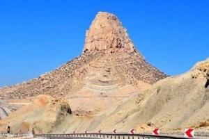 """صورة """"الجبل الشافي من الإيدز"""" والذي يقع بإيران لإمتلاكه خواص مغناطيسية!"""