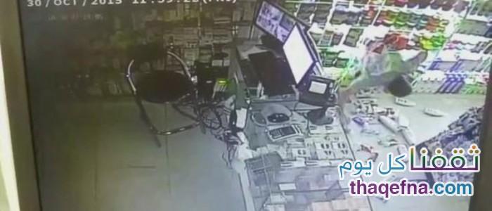 بالفيديو … لم ينسى تقبيل المصحف وهو يسرق!