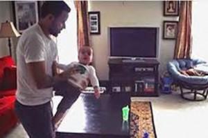 زوجة بكت مما رأته بعدما تركت طفلتها مع والدها ووضعت لهما كاميرا مراقبة!! بالفيديو