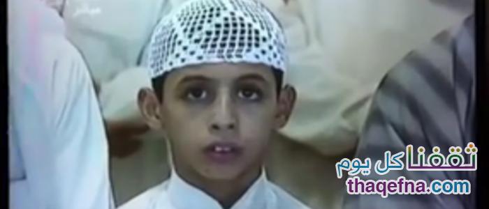 شيء غريب فعله هذا الطفل عندما أتت على وجهه كاميرا الحرم وهو يصلي!!