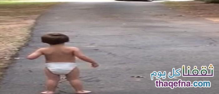 بالفيديو.. مشهد مؤثر لطفل يودع والده ولا يريد أن يتركه