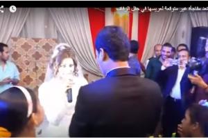 شاهدوا عروسة تفاجيء عريسها بحفل الزفاف وتجعله يخجل كثيراً.. فيديو
