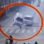 بالفيديو.. قوة غامضة ترفع شاحنة وتقلب الأخرى عن الشارع بطريقة محيرة للعالم ويبحثون عن تفسيرات!!