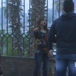 فتاة تطلب عريس بدون شروط وتقف بالشارع، فما هي ردة فعل المارة!! فيديو