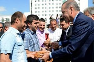 أردوغان يوزع الخبز ويجيب على هاتف لمكتب تكسي
