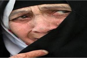 داعشي يقتل أمه بدم بارد أمام الناس لطلبها منه ترك التنظيم !!