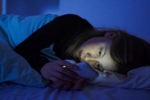 خطورة الهاتف المحمول قبل النوم …بالفيديو
