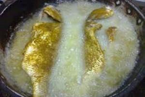 التخلص من رائحة السمك عند القلي بطريقة بسيطة