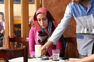 فتاة بالمقهى نتيجة حكمها الخاطيء على شاب يجلس أمامها،، جعلها تندم طوال حياتها!!
