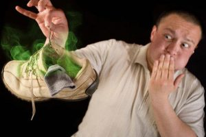 هل تعاني من رائحة القدمين ؟؟ الحل والخلطة السحرية البسيطة للقضاء الكامل عليها
