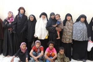 المباحث ضبط 13 سيدة من القاهرة والإسكندرية يعملون بالتسول ويستخدمون 11 طفلاً بمطروح
