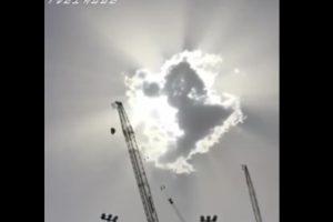 بالفيديو.. كرامة من الله.. غيمة تحجب أشعة الشمس عن المعتمرين