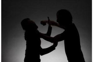 رجل يضرب زوجته في الشارع.. ماذا تفعل لو حصلت معك هذه الحادثة؟!