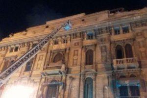 قوات الأمن المصرية بالإسكندرية تحاول منع مواطن من الإقدام على الإنتحار في ميدان عرابي