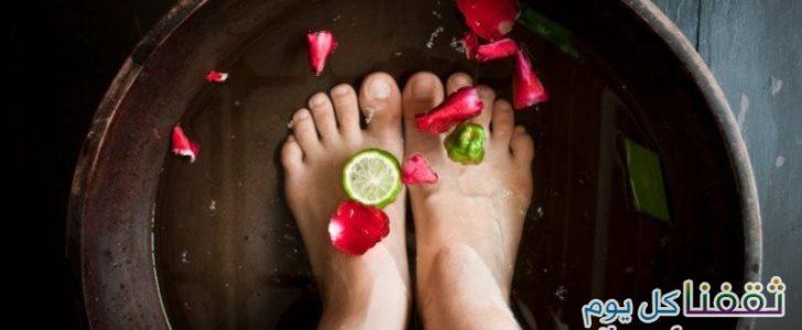 أسهل طريقة من أجل التخلص من سموم الجسم كاملة ورائحة القدمين الكريهة بمكون واحد !