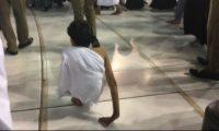 غانم المفتاح يؤدي العمرة والطواف حول الكعبة المشرفة مشياً على يديه ويحقق حلمه الذي لطالما إنتظره بالصور والفيديو