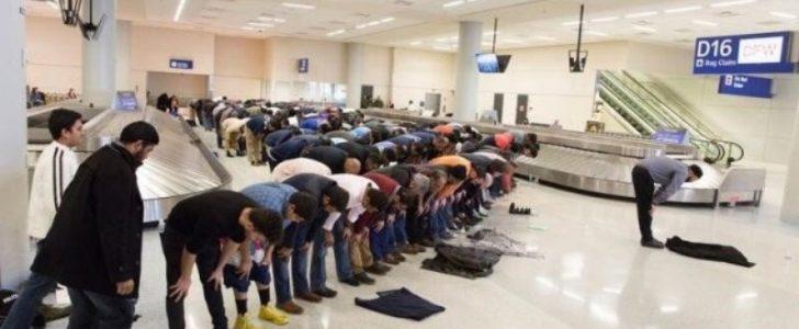 شاهدوا بالفيديو والصور مسلمون يقيمون الصلاة بمطار دالاس في سبيل الإحتجاج على القرارات من دونالد ترامب