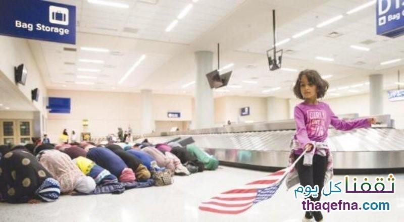 مسلمون يقيمون الصلاة بمطار دالاس