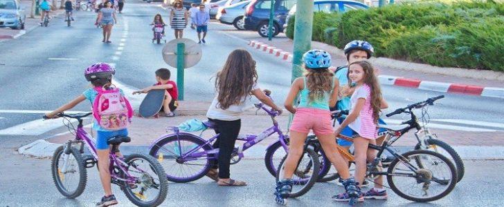 حاخام إسرائيلي يمنع الفتيات من هم أكبر من عمر 5 سنوات ركوب الدراجات الهوائية
