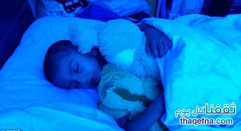 طفل يعيش تحت الاشعة الزرقاء
