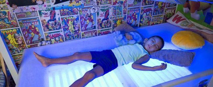 طفل يعيش تحت الاشعة الزرقاء 20 ساعة يومياً حتى لا يفقد حياته