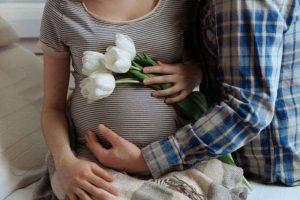 مفاجئة للمتزوجين – هل الجنين يشعر بالجماع وبرعشة الأم ؟ وهل هناك خطورة على الجنين ؟