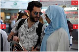 شاهدوا بالصور زوجة مراد يلدريم مرتدية الحجاب في المطار لأداء فريضة الحج !