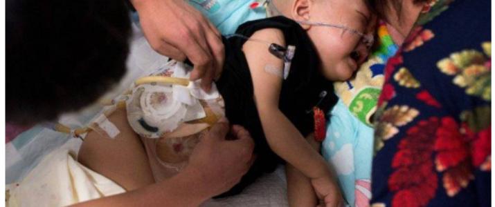 صور مؤثرة – أم تسرق مال علاج طفلها المريض بالسرطان وتهرب به !!