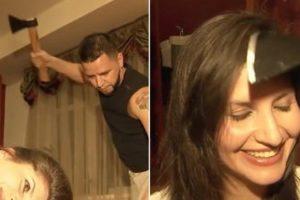 شاهدوا بالفيديو حلاق روسي يستخدم الساطور والمطرقة لقص شعر النساء ويثير ضجة على مواقع التواصل