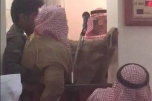 شاهدوا بالفيديو إنزال خطيب في إحدى مساجد السعودية من على المنبر وإجباره بالقوة وإعتقاله !
