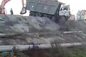شاهدوا بالفيديو محاولة إنقاذ فاشلة لشاحنة على طرف الطريق تنتهي بمارثة أكبر !