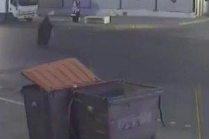 مشهد مروّع توثقه إحدى كاميرات المراقبة بمنطقة الهفوف لسيدة مسنّة تصدمها حافلة مسرعة !