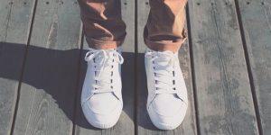 الحفاظ على الأحذية الرياضية البيضاء