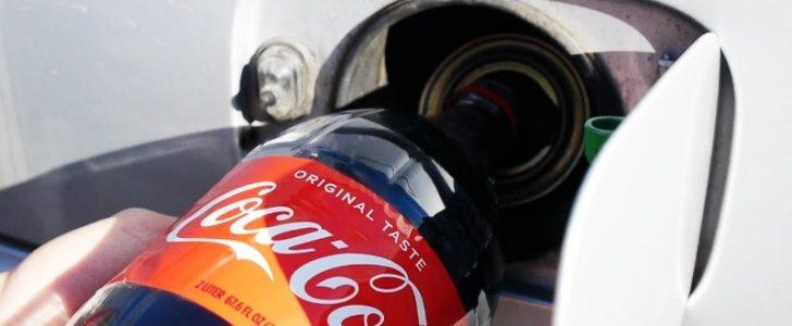 استخدم الكوكاكولا بدلاً من البنزين وملأ خزان سيارته وكانت المفاجأة بما حدث للسيارة !