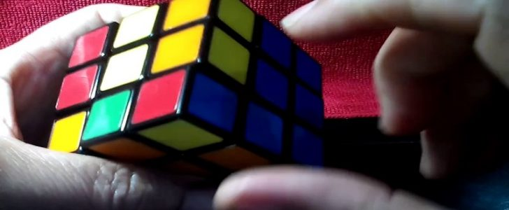 الوصول الى حل مكعب روبيك فقط بـ 20 حركة وحله كاملاً بأكثر من تشكيل !